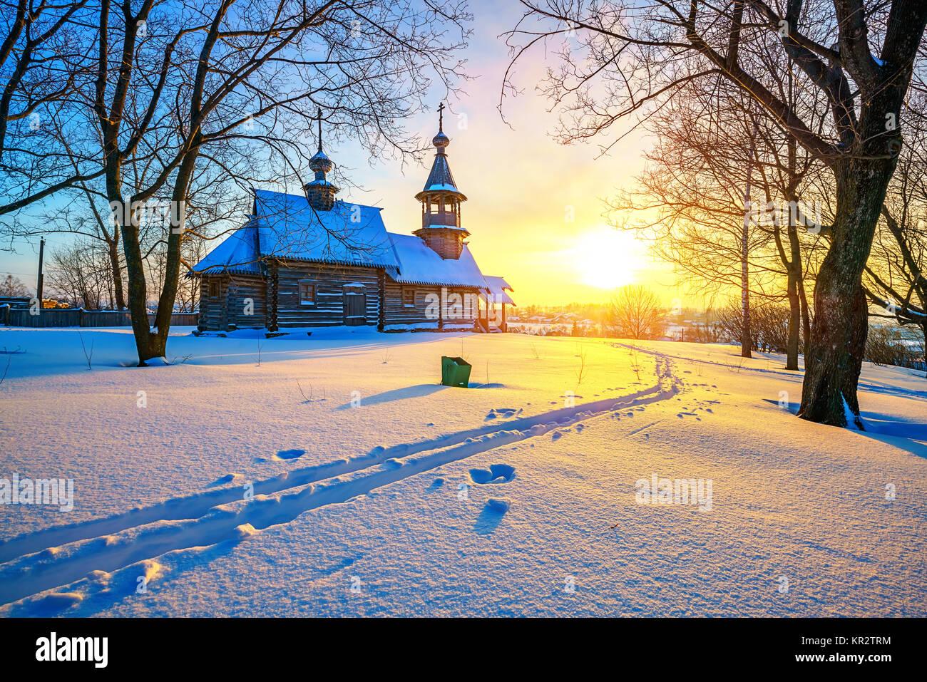 L'église russe dans la forêt d'hiver Photo Stock