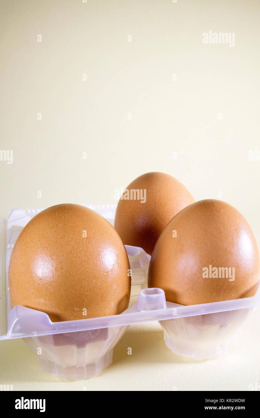 Trois œufs sur un fond blanc. Les œufs sont une source naturelle de protéines de haute qualité et d'un Photo Stock