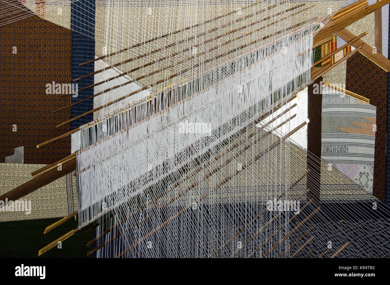 La soie thaïlandaise traditionnel processus de tissage à la main Banque D'Images