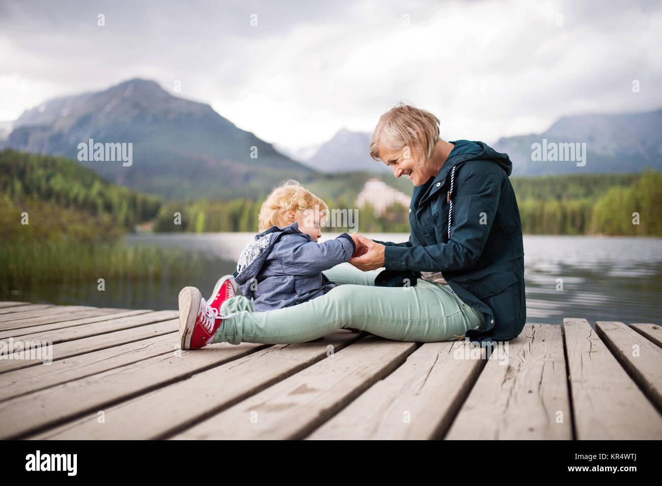 Senior woman with little boy, au bord du lac. Photo Stock