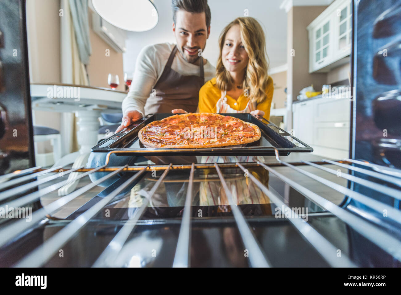Couple avec pizza brûlée Photo Stock