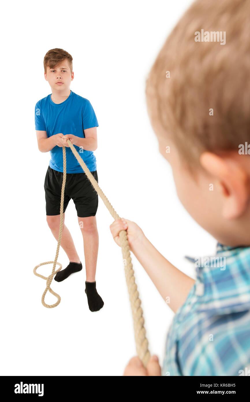 Frères avec corde en face Photo Stock
