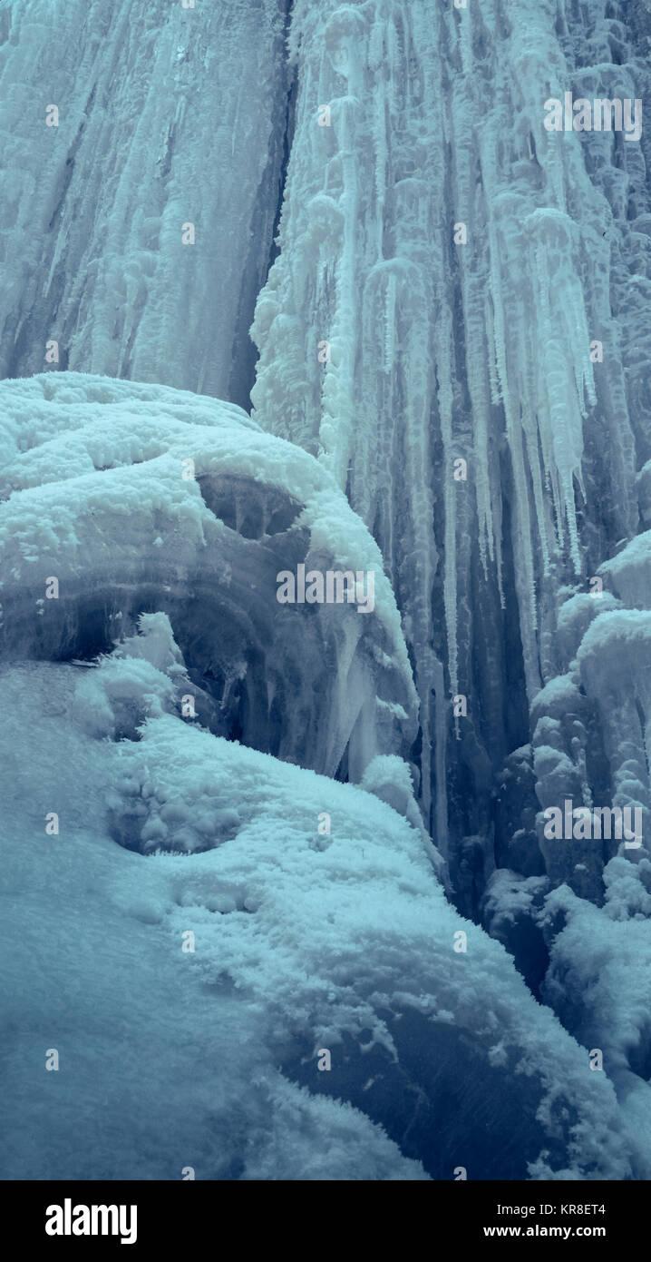 Mur de glace raide verticale avec de longs glaçons. Cascade de glace. Photo Stock