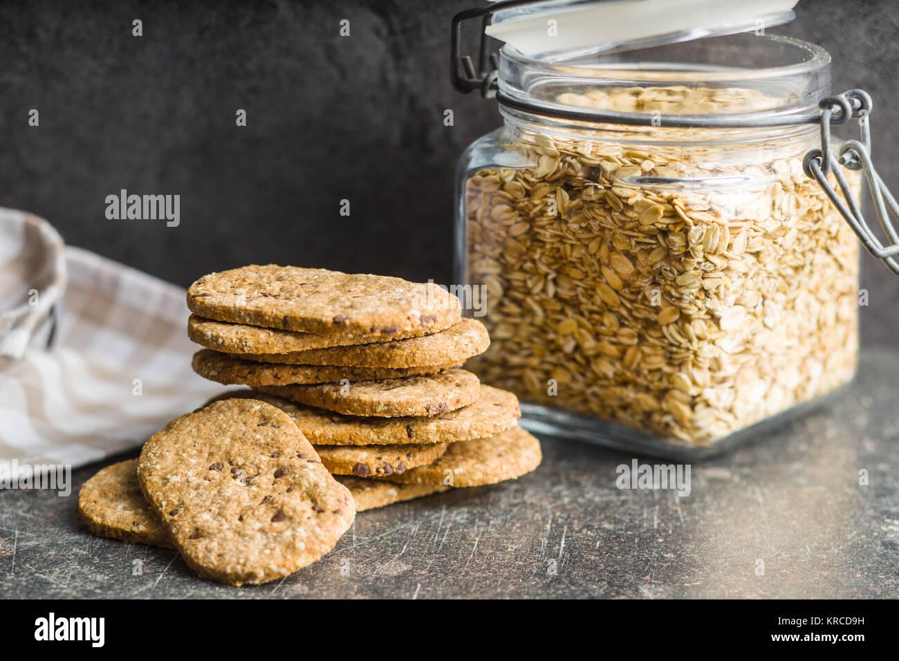 Biscuits savoureux sur la vieille table de cuisine. Photo Stock