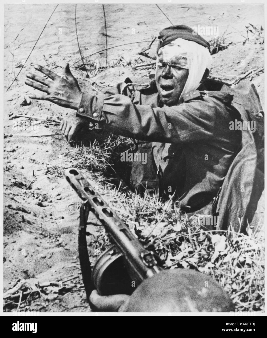 Un soldat soviétique conduit camarades malgré ses blessures. Date: 1942 - 1945 Photo Stock