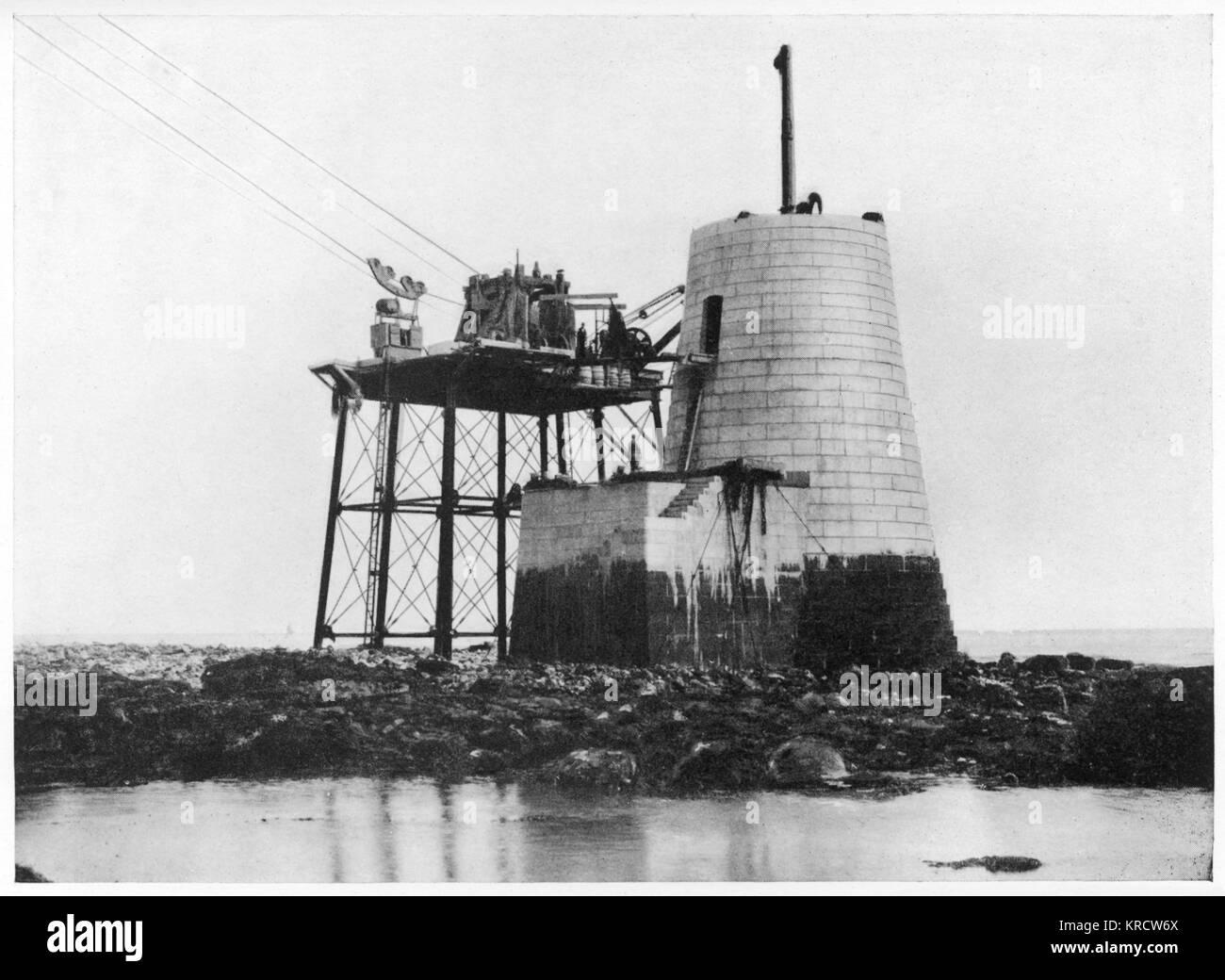 Building Beachy Head Lighthouse. 43 mètres de hauteur (31 mètres au-dessus de l'eau). Mis en service en 1902. Date: 1900 Banque D'Images