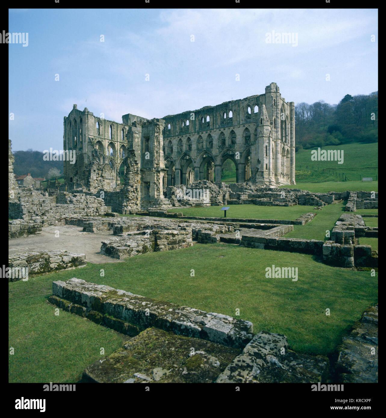 Les majestueuses ruines de l'abbaye de Rievaulx, North Yorkshire, Angleterre. Construit au 13ème siècle, Photo Stock