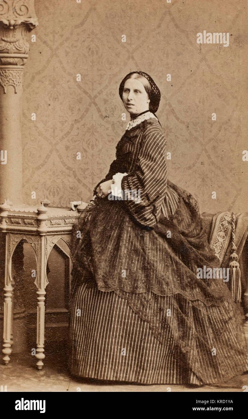de 1860 robe de à avec dentelle rayé Une femme noire un dans une crinoline châle jupeDatevers autour la UMqSzGVp