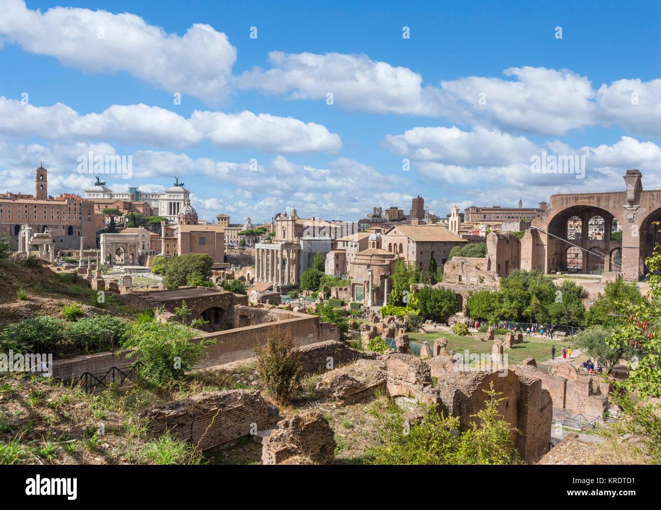 Rome, Forum. Vue depuis la colline du Palatin sur les anciennes ruines du Forum Romain (Foro Romano), Rome, Italie Photo Stock