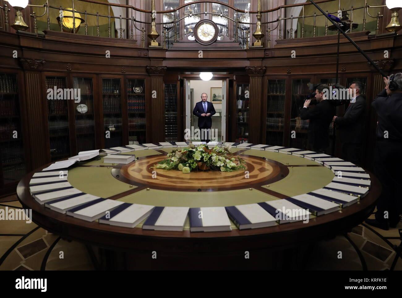Moscou, Russie. Déc 20, 2017. Le Président de la Russie Vladimir Poutine vues 35 volumes de la grande Encyclopédie Banque D'Images