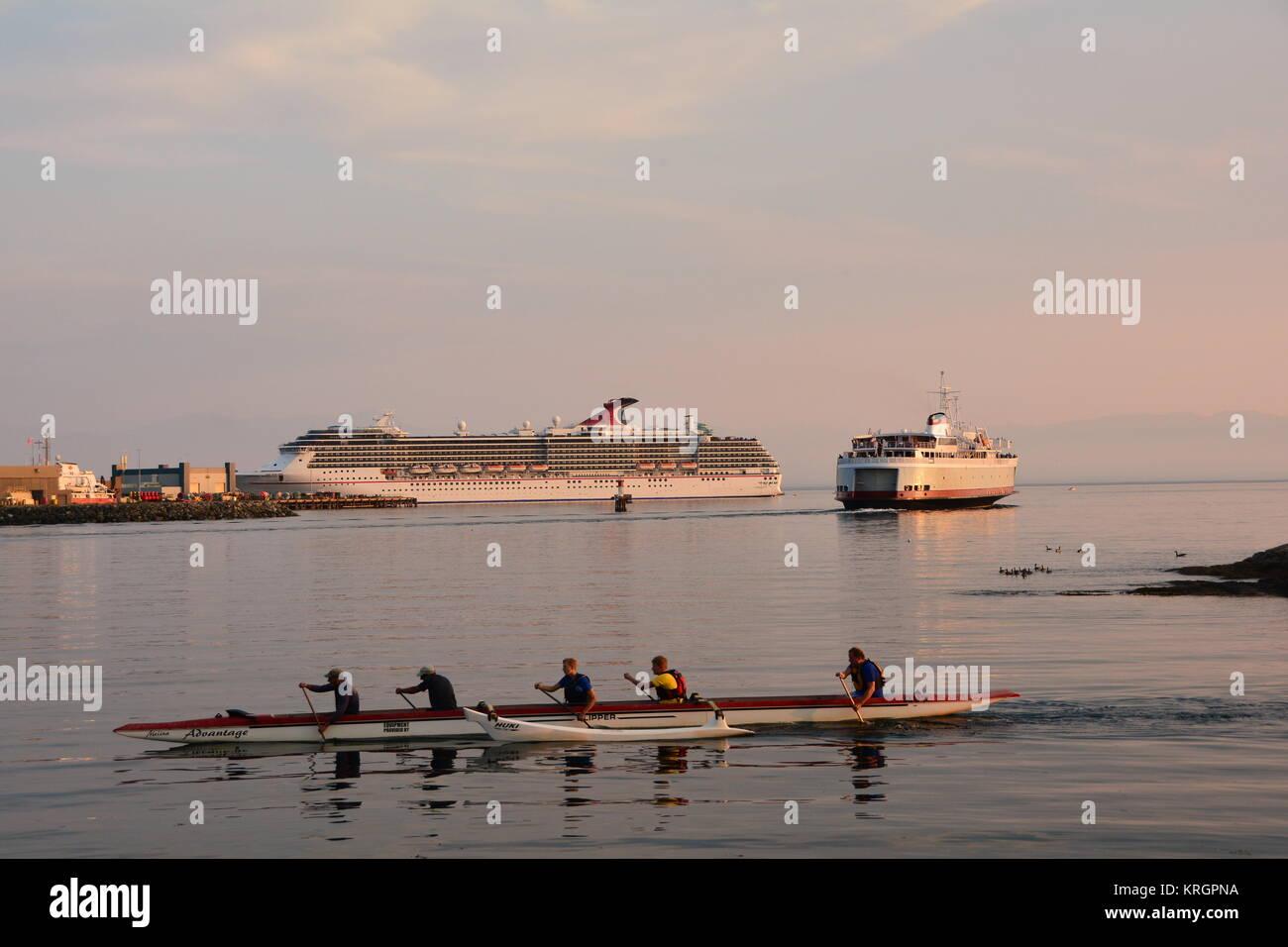Trois modes de transport,kayak,ferry et un bateau de croisière à Victoria (C.-B.). Photo Stock