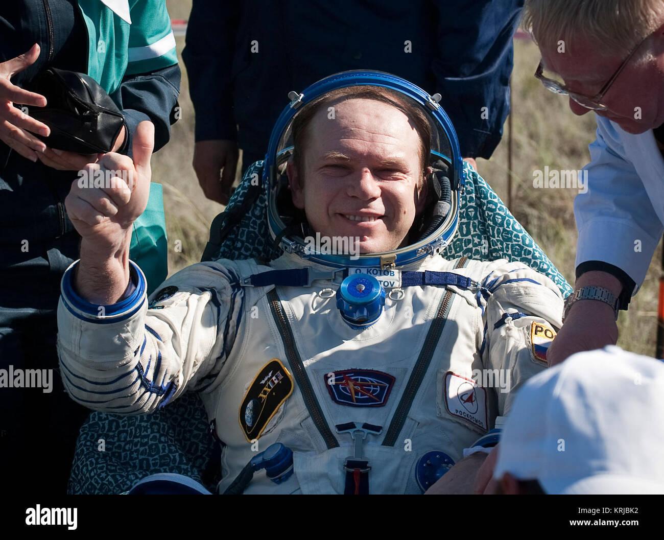 Le commandant de l'expédition 23 Oleg Kotov est vu assis sur une chaise à l'extérieur de Photo Stock