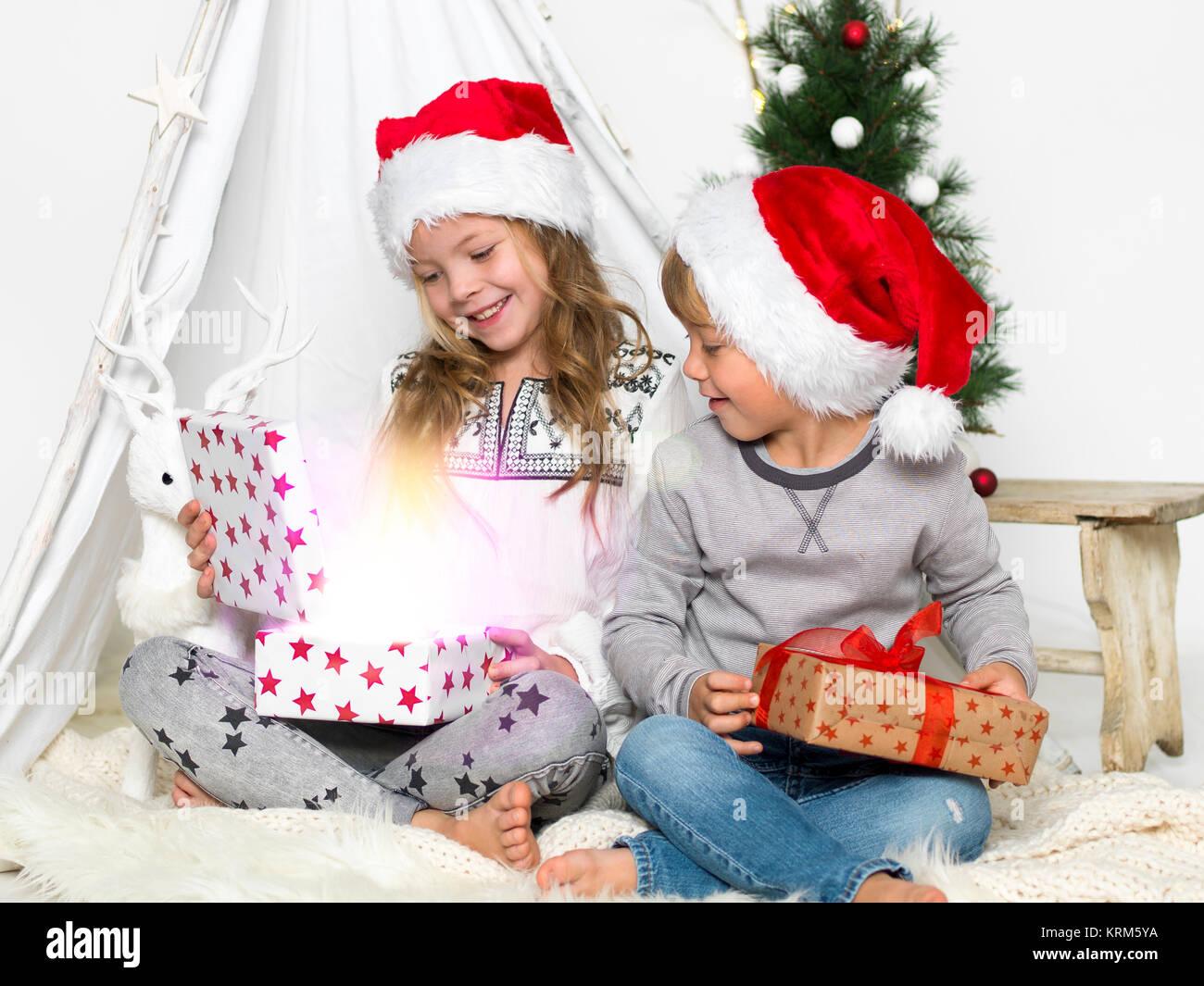 Frère et soeur quand geschenkeauspacken Photo Stock