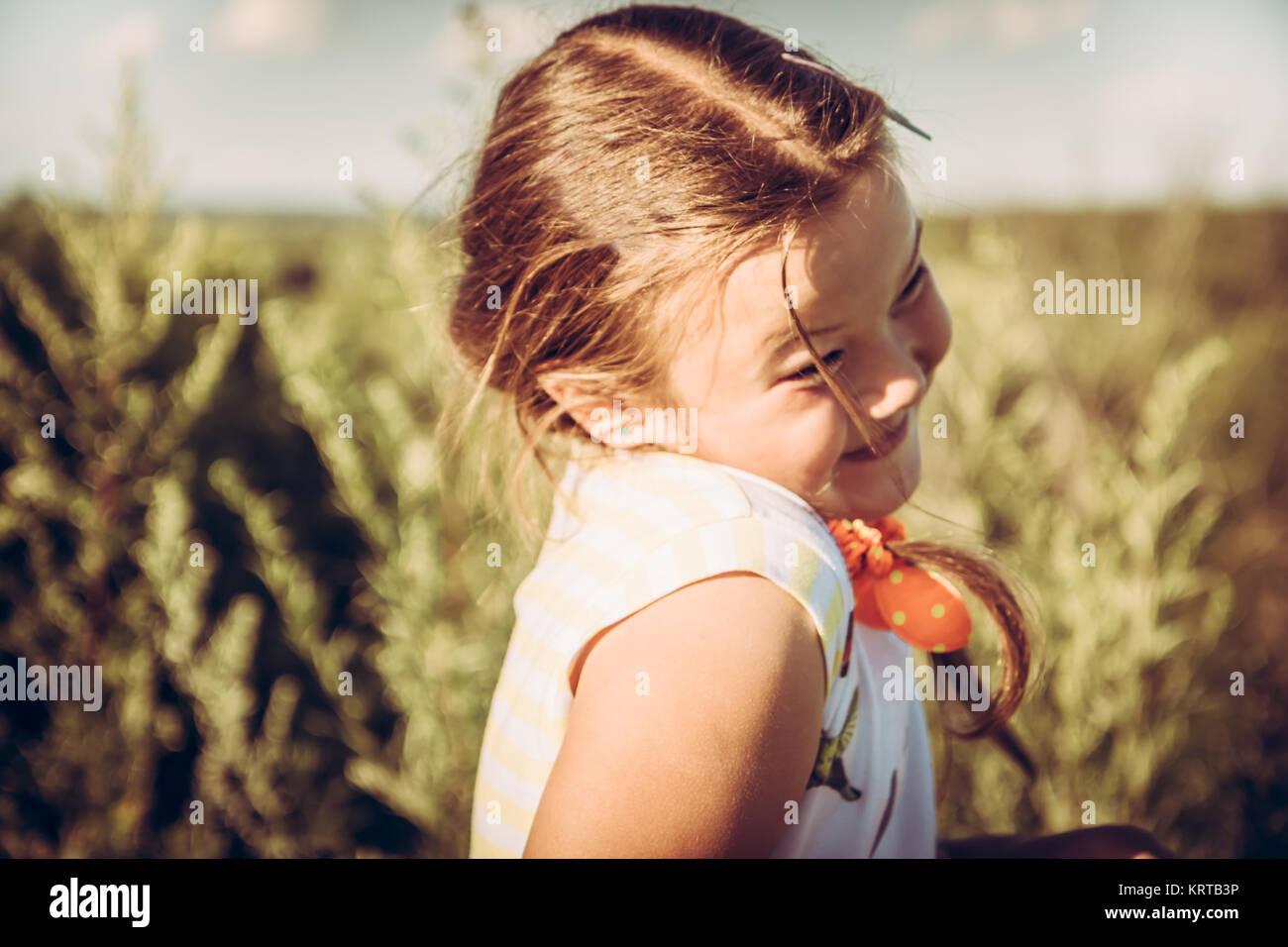 Cute girl plumpy timide en été domaine rural à la campagne pendant les vacances d'enfance insouciante Photo Stock