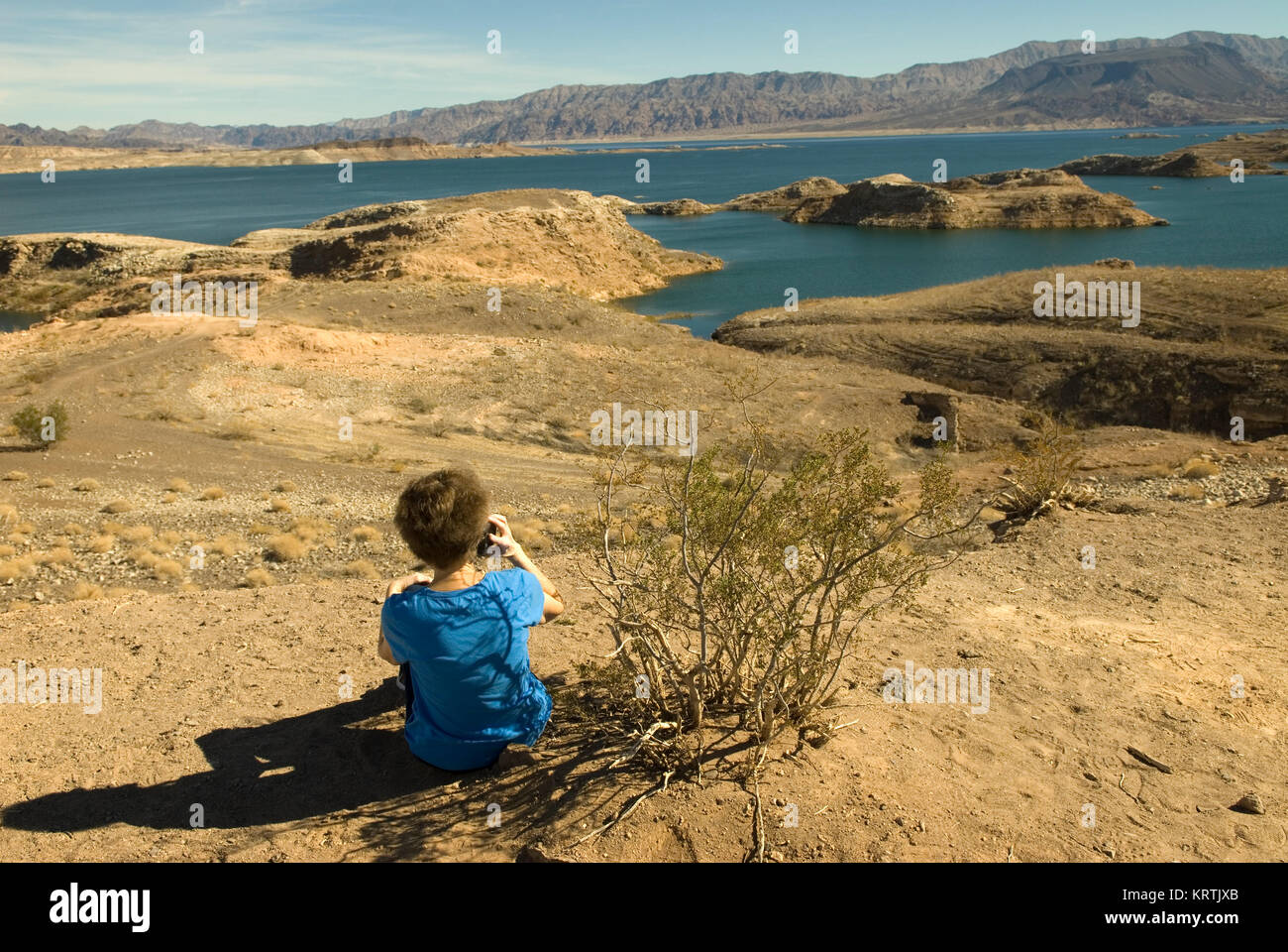 Femme parle sur téléphone cellulaire au Lake Mead National Recreation Area Nevada, USA. Photo Stock