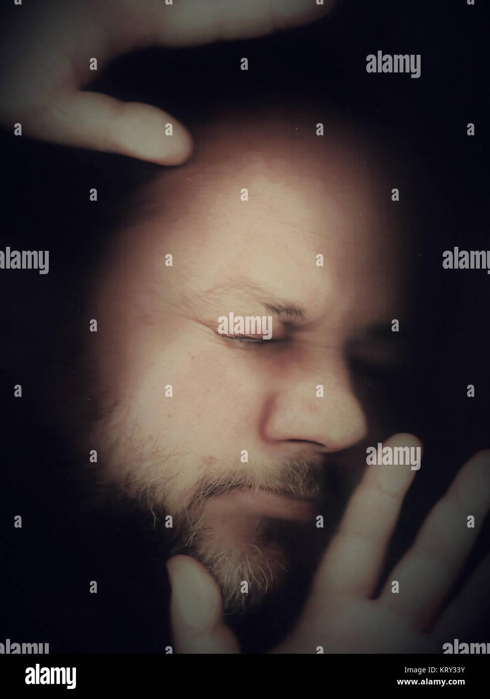 Homme coincé derrière une vitre Photo Stock