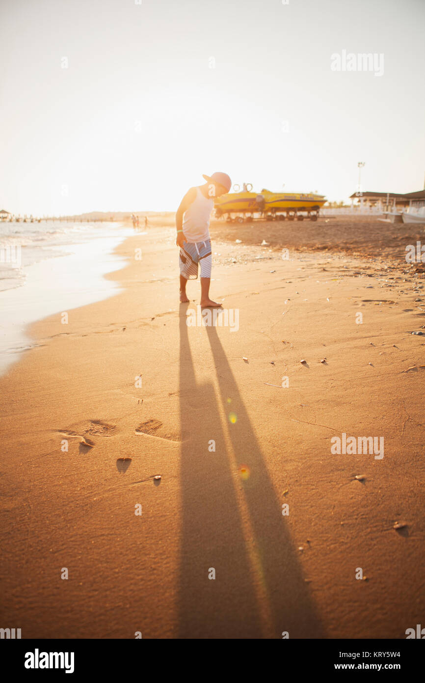 Un garçon sur la plage en Turquie Photo Stock