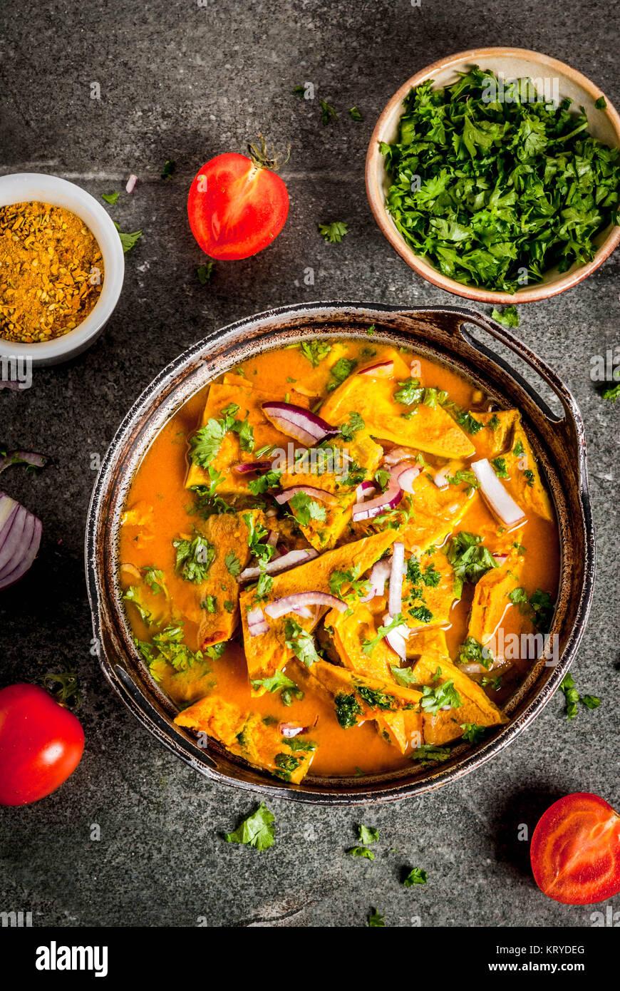 Recettes de cuisine indienne, indienne Masala omelette Scrawl, avec des légumes frais - tomate, piment, persil, Photo Stock