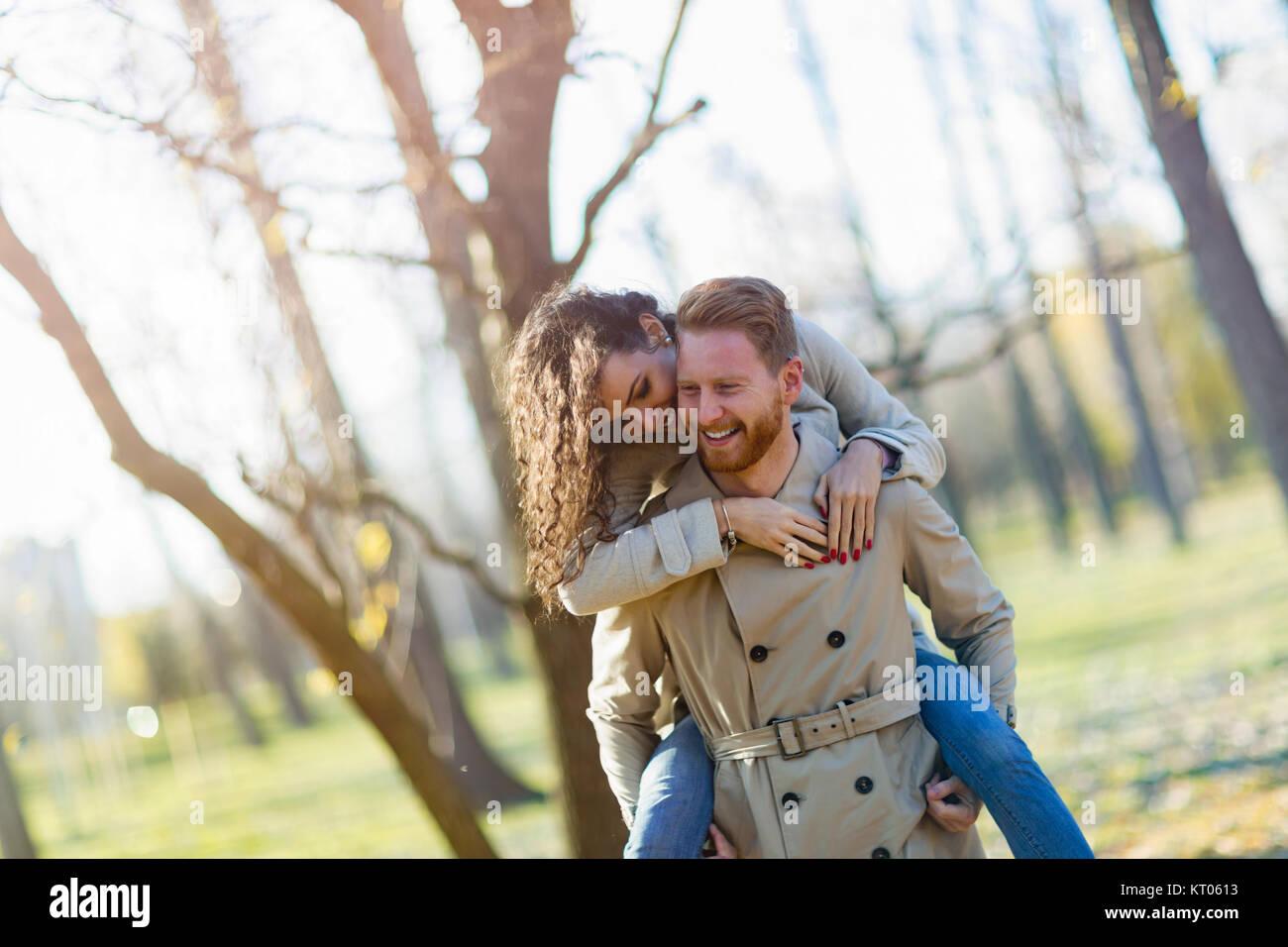 Young couple having date romantique dans la région de park Photo Stock