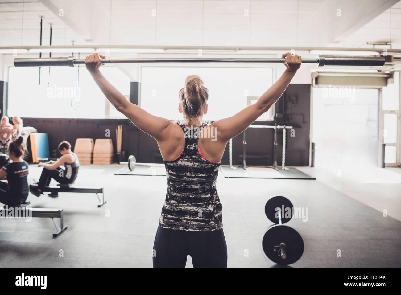 Les femmes et la formation de remise en forme. L'haltérophilie, l'élaboration et la formation Photo Stock