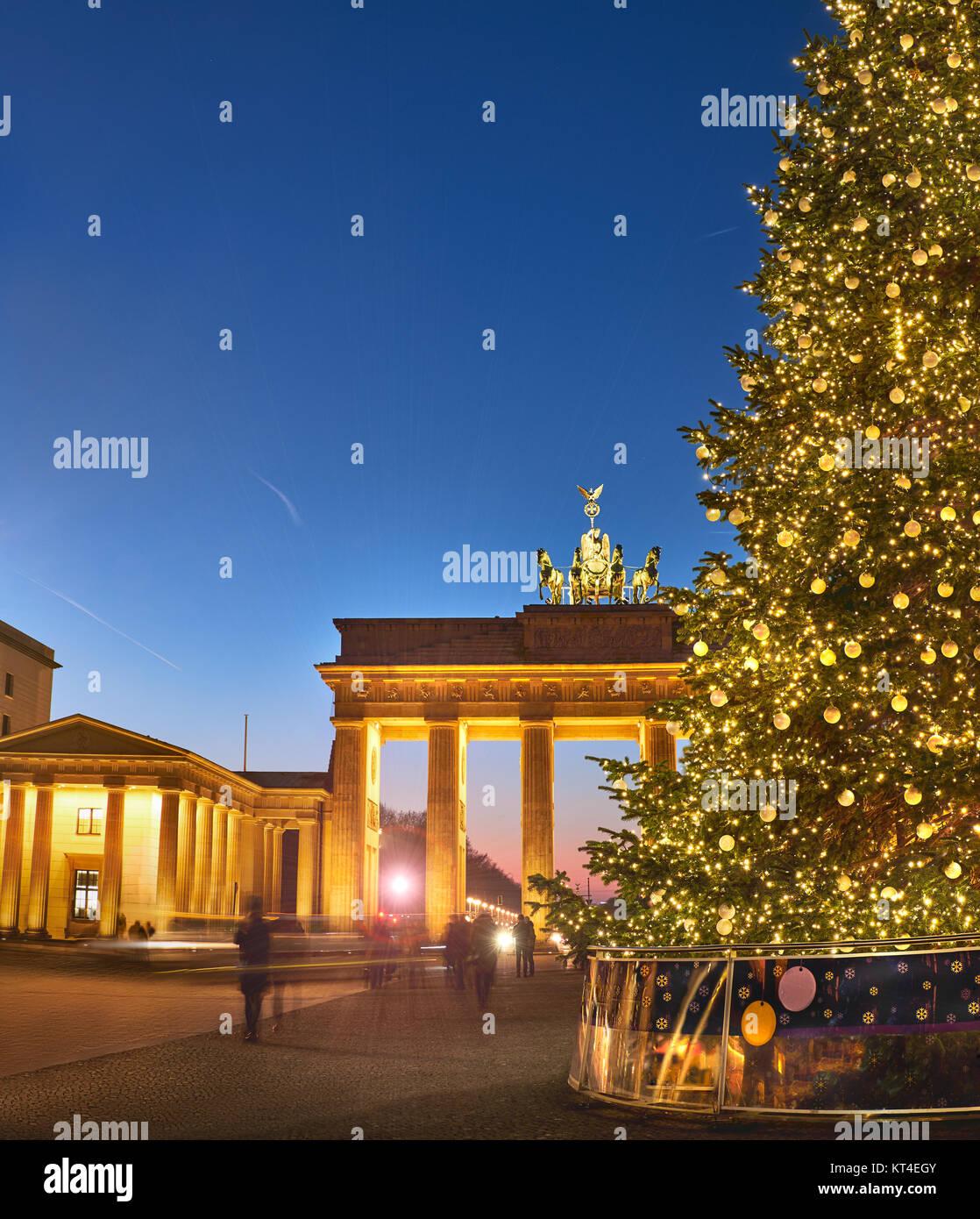 Porte de Brandebourg à Berlin avec arbre de Noël dans la nuit avec un éclairage du soir, photo panoramique Photo Stock