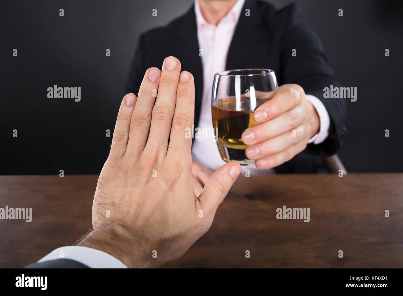 Businessman Hand le rejet d'un verre de Whisky Banque D'Images
