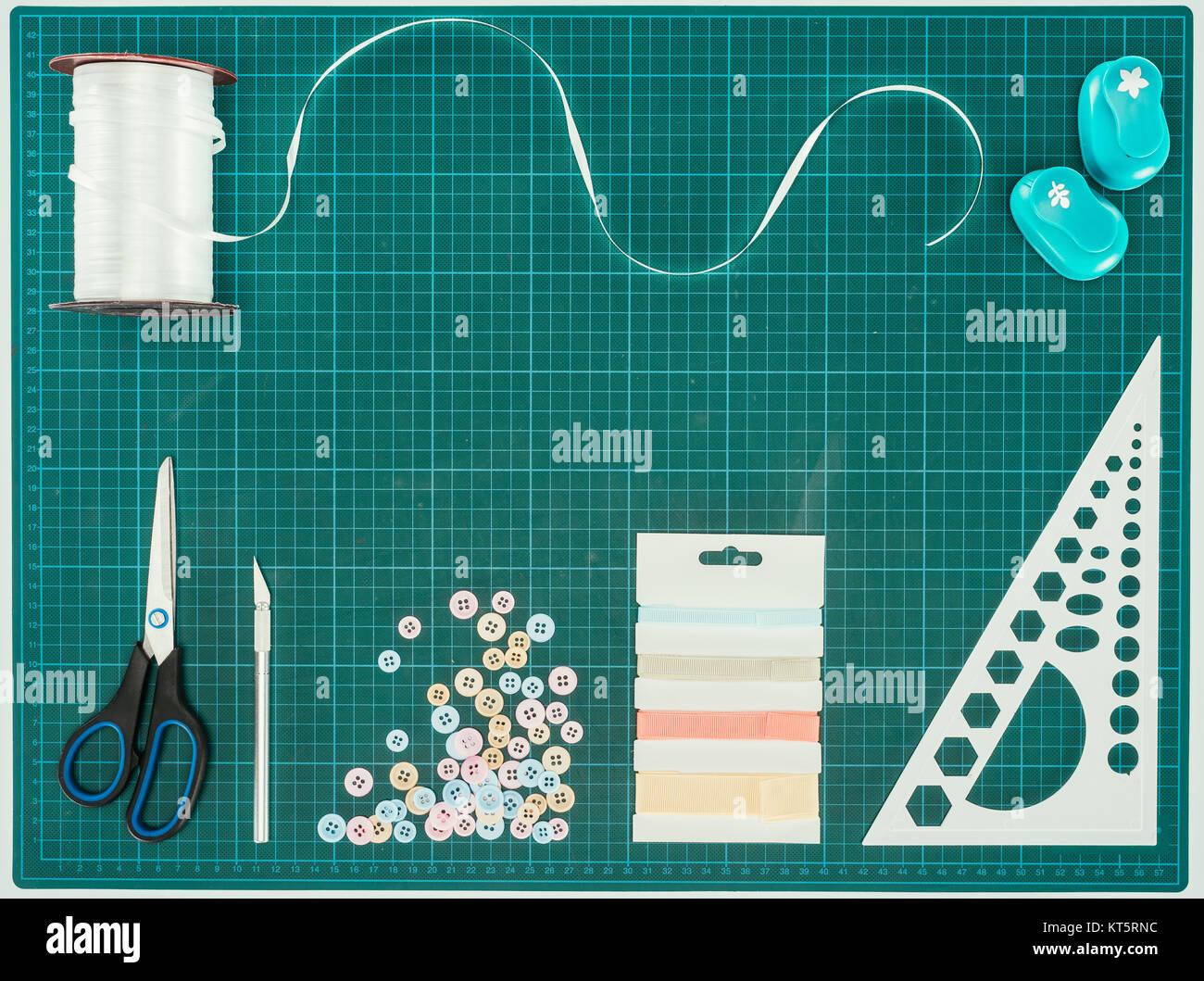 Vue de dessus de ciseaux, boutons et ruban Photo Stock