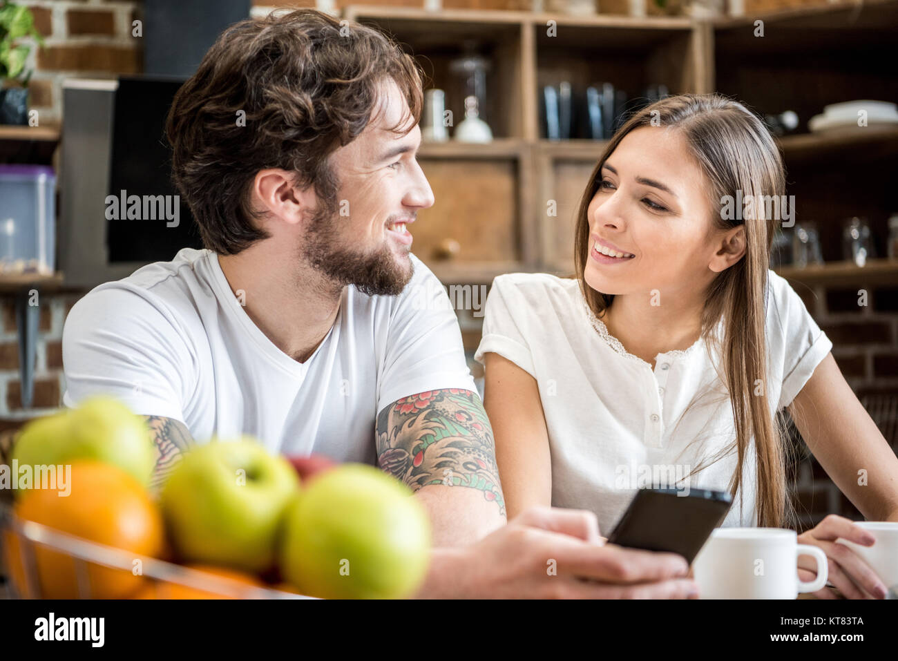 Couple using smartphone Photo Stock