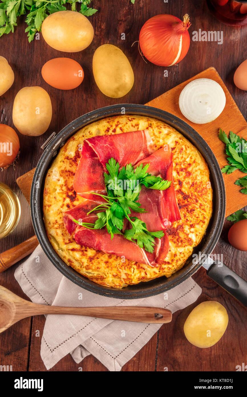 Tortilla espagnole avec du vin, les ingrédients, et copy space Photo Stock