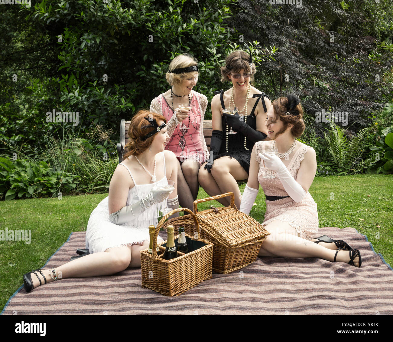 Jardin de style années 30, pique-nique en habits d'époque Photo Stock