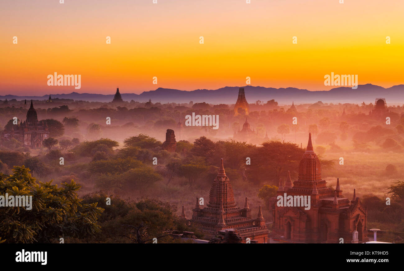 Bagan temple pendant heure d'or Photo Stock