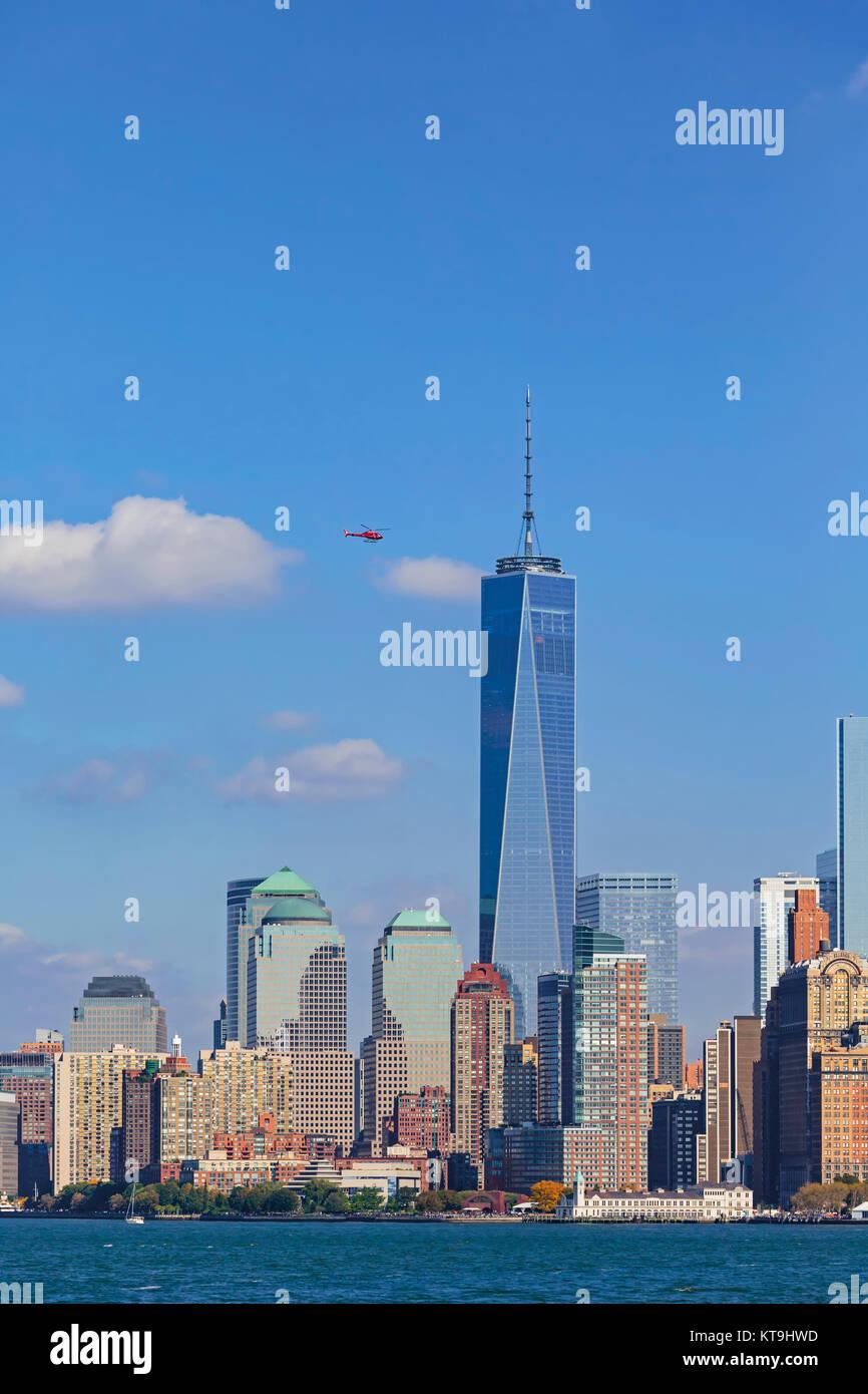 New York, État de New York, États-Unis d'Amérique. Manhattan vu de New York Bay. Le grand bâtiment Photo Stock