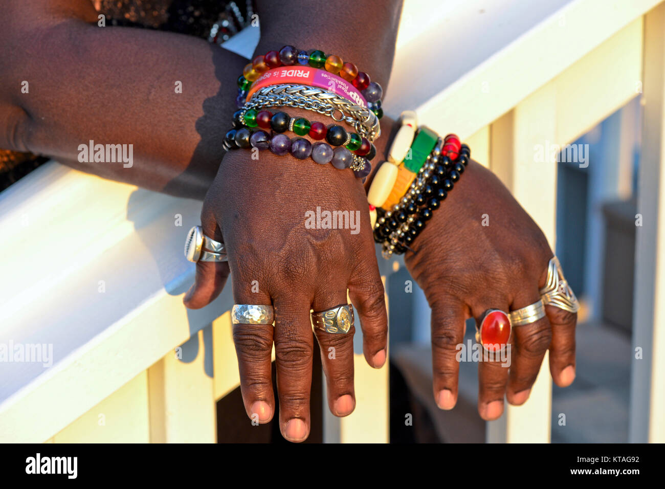 Femme afro-américaine portant un assortiment de bijoux colorés Photo Stock