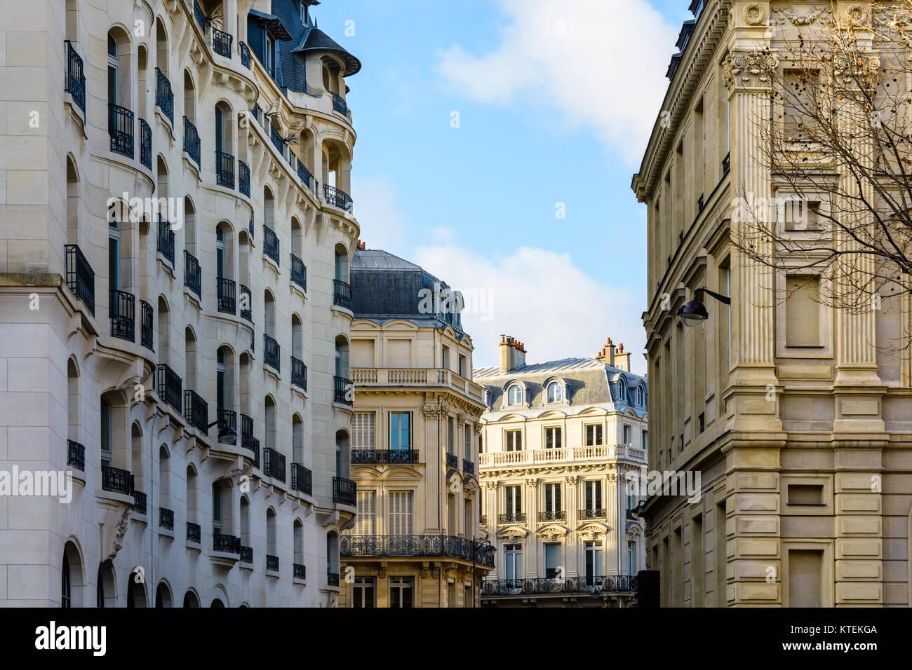 Bâtiments résidentiels typiques de style haussmannien et Art déco dans les quartiers chic de Paris, France, au coucher Banque D'Images