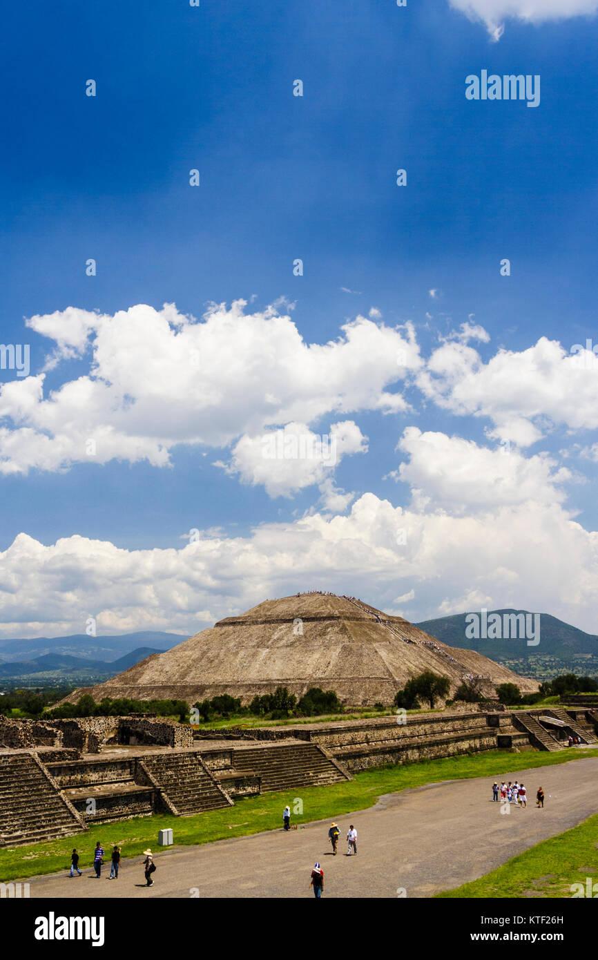 Pyramide du soleil et de l'Avenue des Morts. Teotihuacan, Mexique Photo Stock