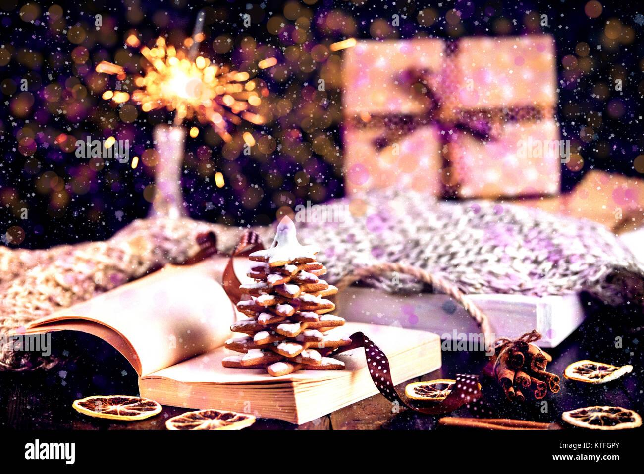Arbre de Noël Gingerbread cookies, flocons de pendaison avec un ruban bleu sur fond de bois. Don et la neige. Espace Banque D'Images