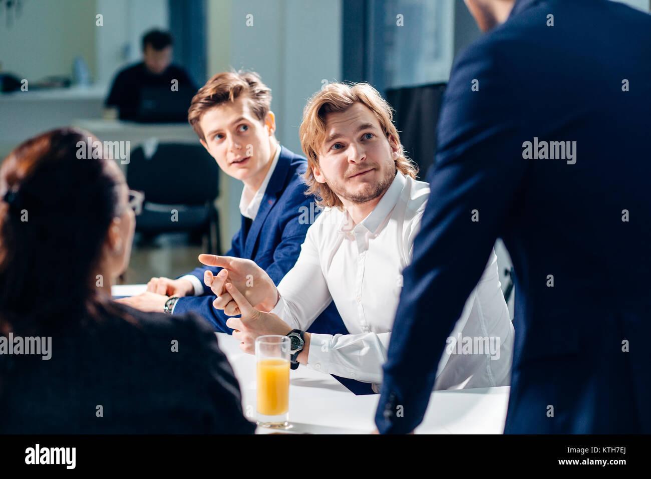 Businessman présentant à ses collègues à la réunion Photo Stock