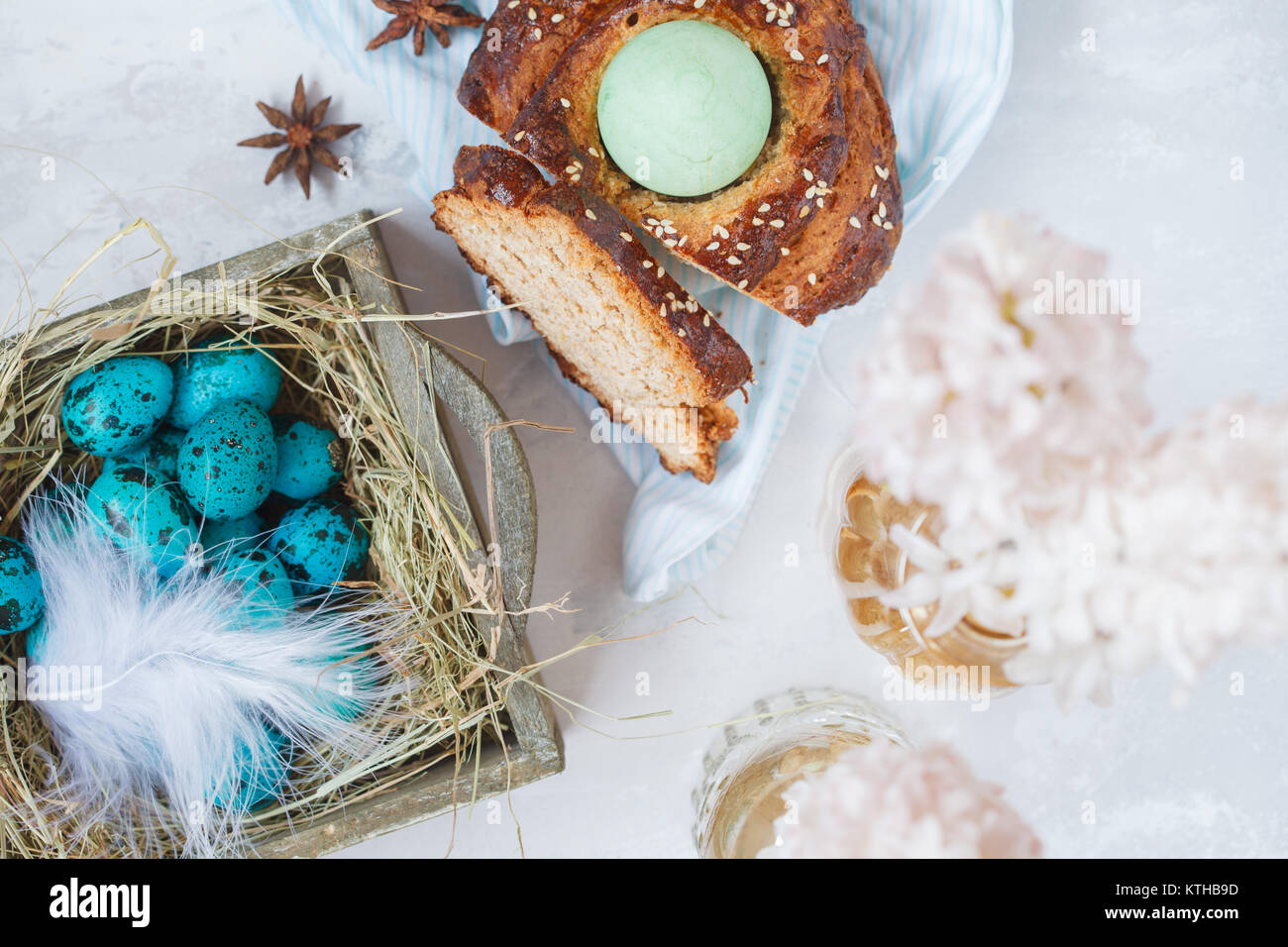 Pain de Pâques traditionnel grec - tsoureki, tranchés en décorations de Pâques peint en bleu Photo Stock