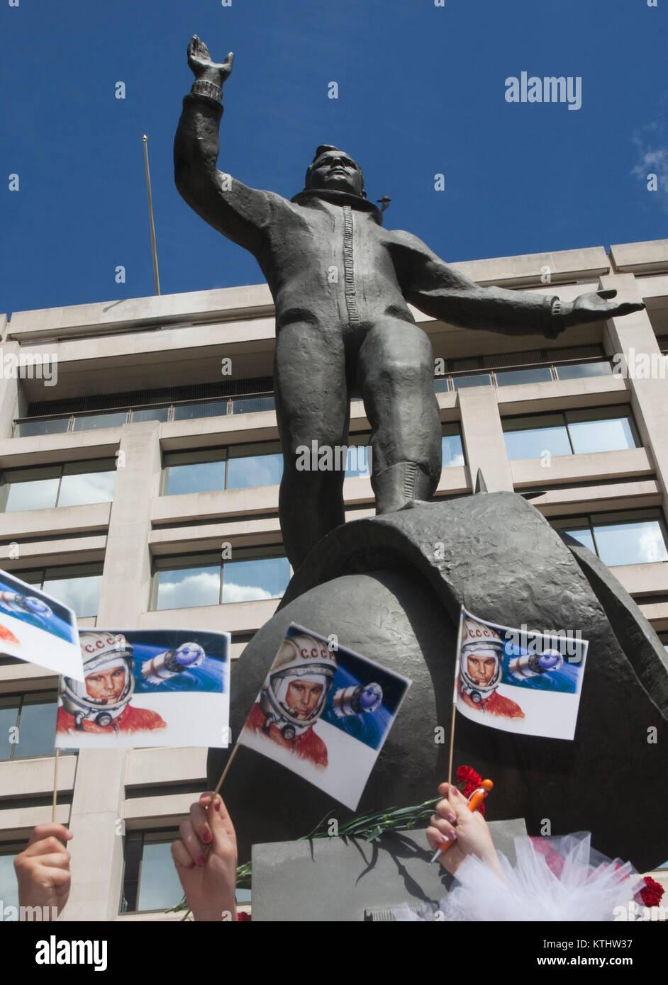 Une statue de Youri Gagarine, le premier homme dans l'espace, a été dévoilé aujourd'hui à l'extérieur du British Council's London AC dans le Mall pour marquer le 50e anniversaire du premier vol spatial habité. Aujourd'hui, 14 juillet 2011, il est exactement 50 ans jour pour jour que Gagarine a rencontré la reine dans le cadre de sa visite au Royaume-Uni en 1961. Le dévoilement de la statue a été réalisée par le cosmonaute Elena Gagarina, fille du directeur de la maintenant des musées du Kremlin de Moscou et SAR le Prince Michael de Kent. La statue sera installée dans le centre commercial pour une période de 12 mois. Banque D'Images