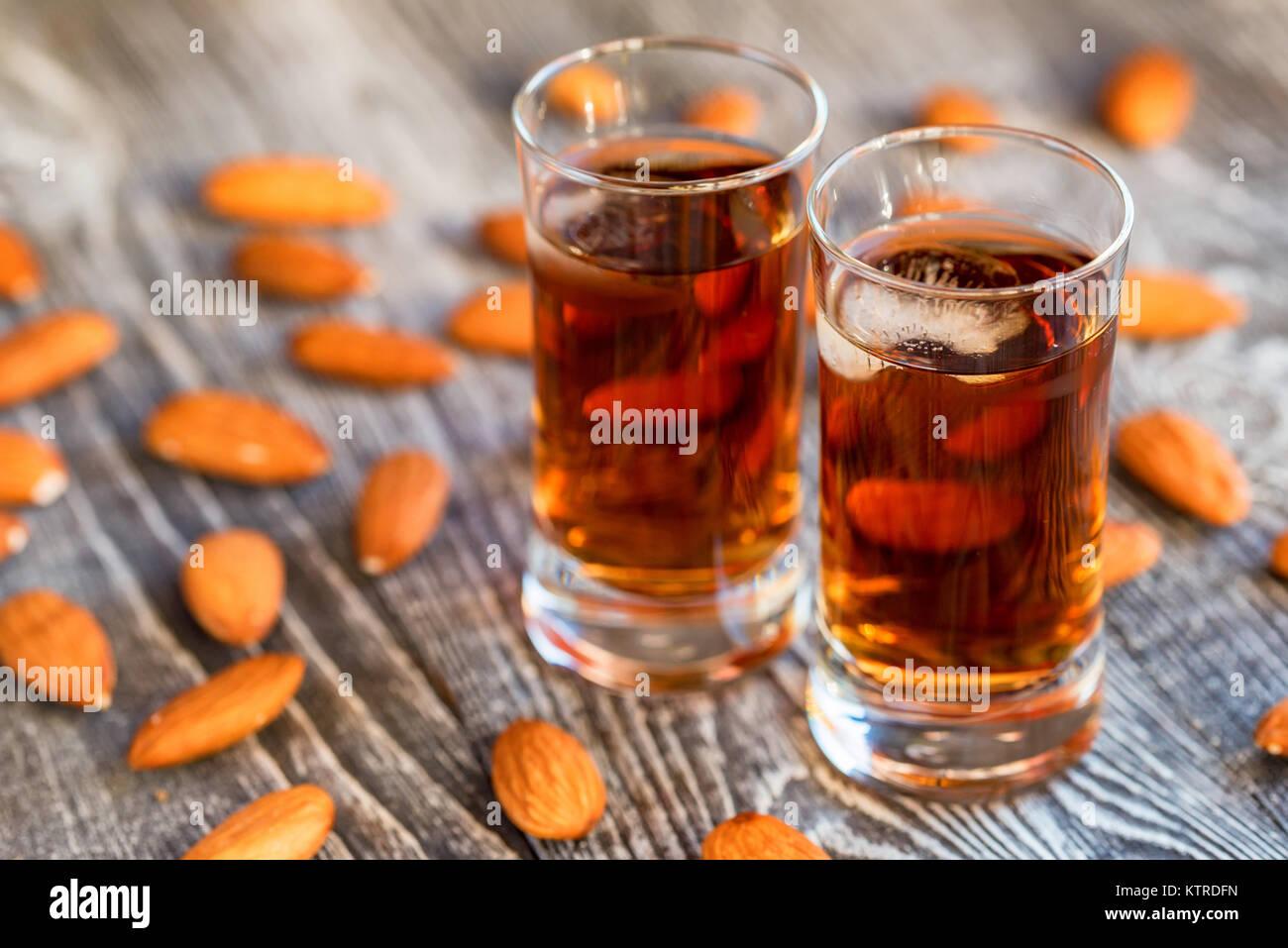 L'Italien amaretto liqueur aux amandes à sec Banque D'Images