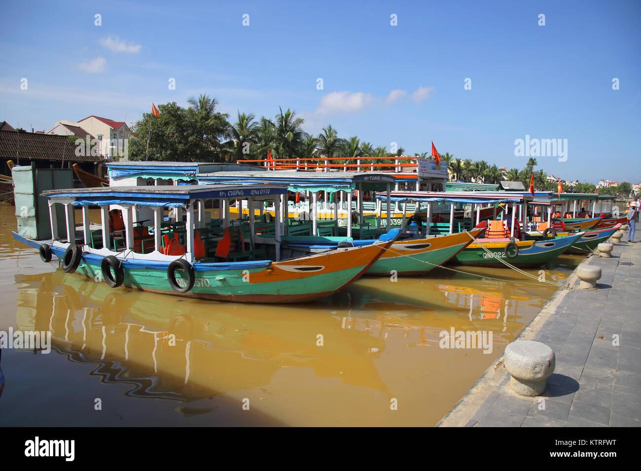 Bateaux de touristes sur la rivière thu bon circulant dans hoi An vietnam Photo Stock