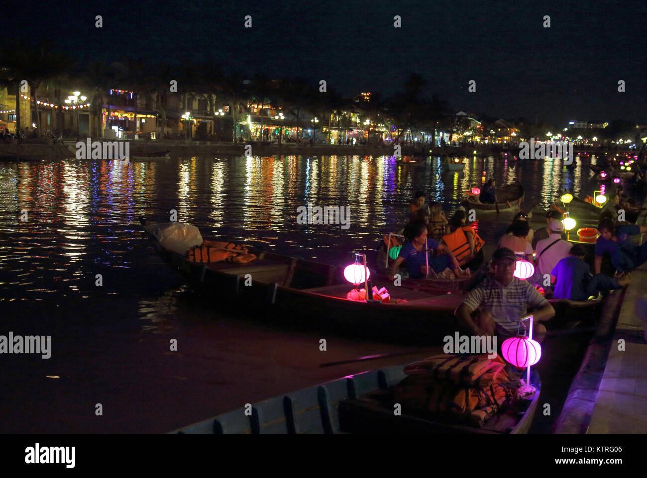 Lanternes sur les bateaux sur la rivière thu bon circulant dans hoi An vietnam Photo Stock