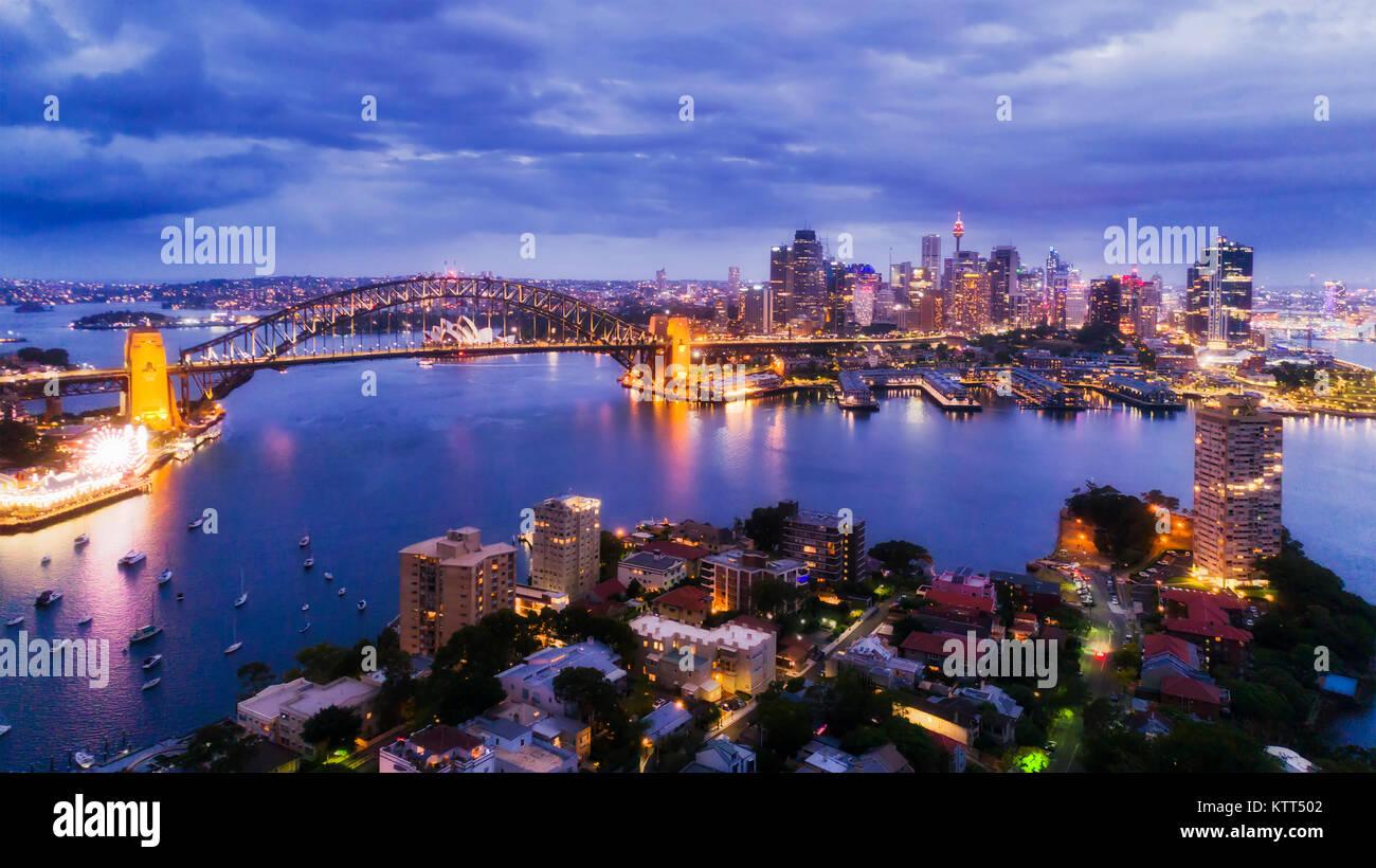Ville de Sydney CBD de Blues Point et North Sydney au coucher du soleil avec des repères lumineux illiumination Photo Stock