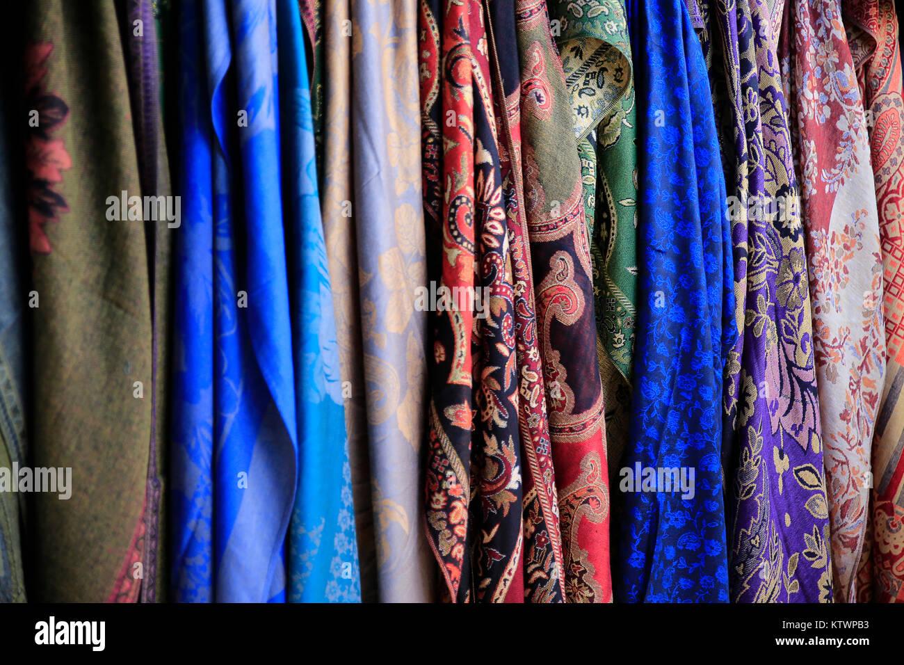 678ab918870b Belles écharpes en soie Prêt à porter Banque D Images, Photo Stock ...