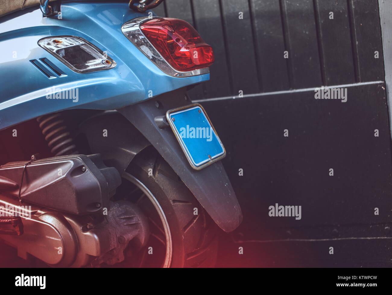 La partie arrière du scooter bleu. Banque D'Images