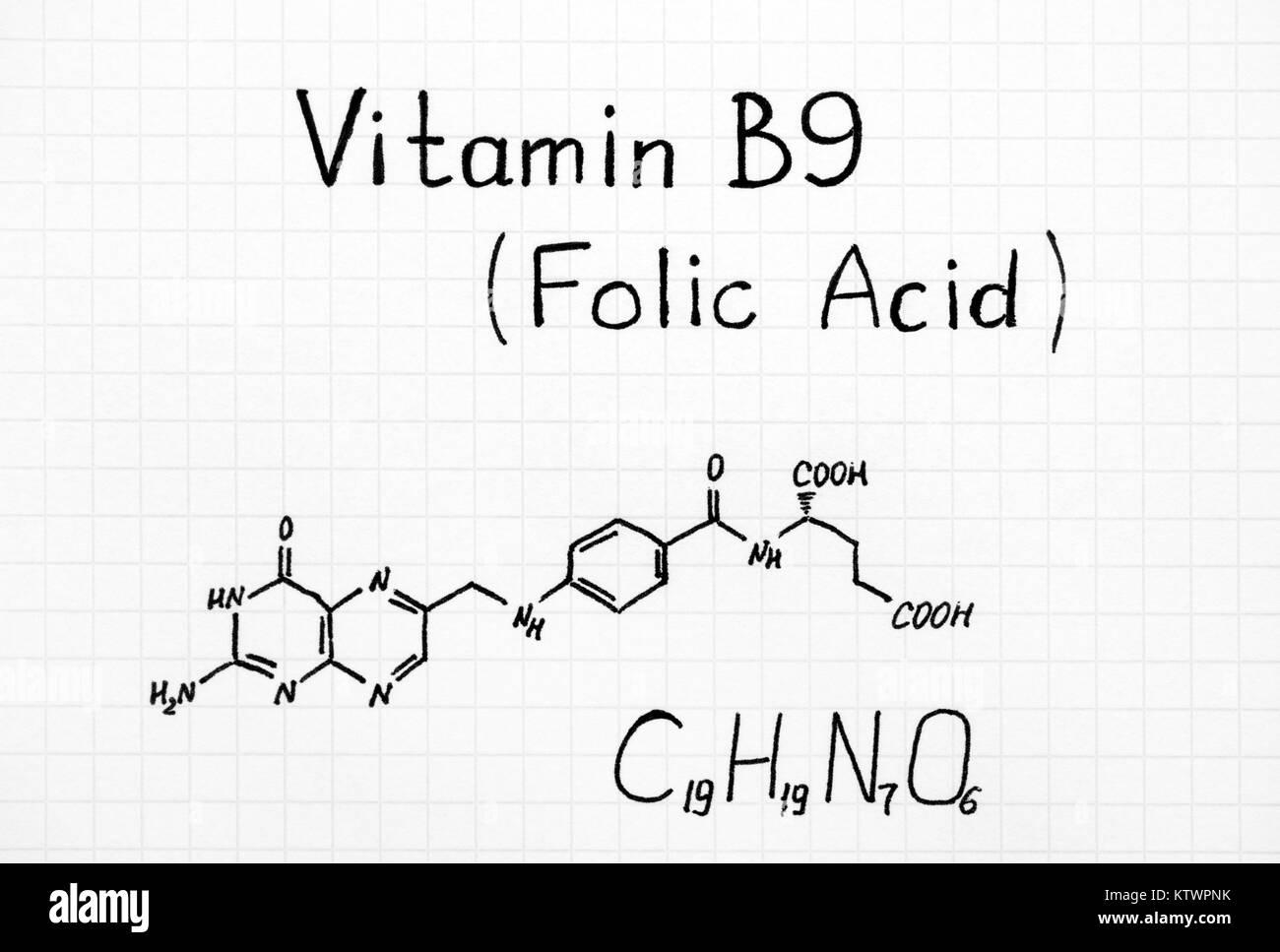 Formule chimique de la vitamine B9 (acide folique). Close-up. Photo Stock