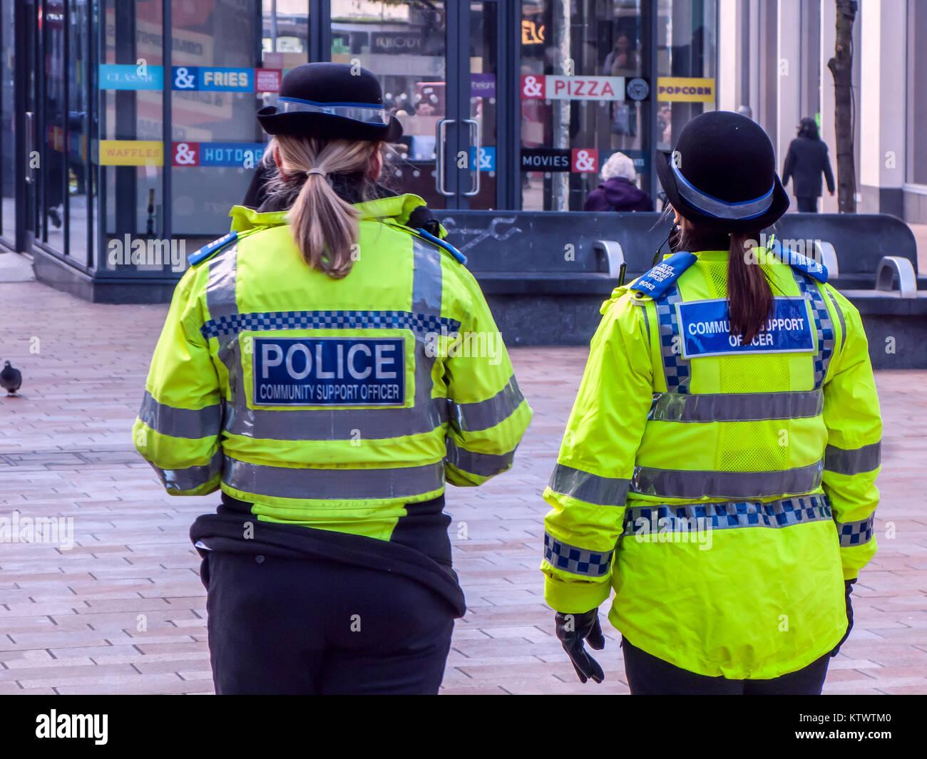 Les agents de police féminins Soutien communautaire patrouille dans le centre-ville de Sheffield Photo Stock