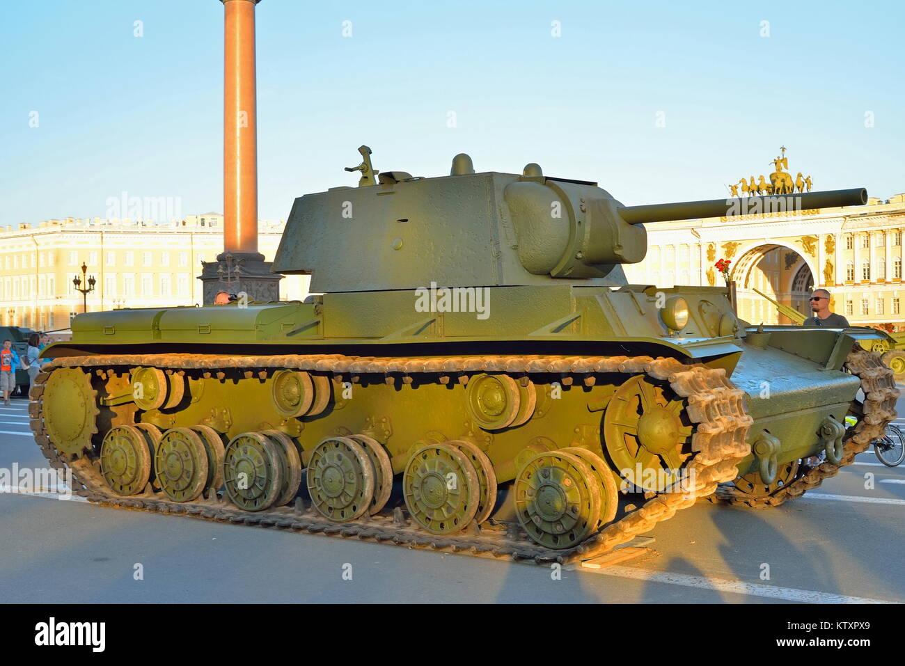 Char lourd soviétique KV-1 Klim Vorochilov sur l'arrière-plan d'e Photo Stock