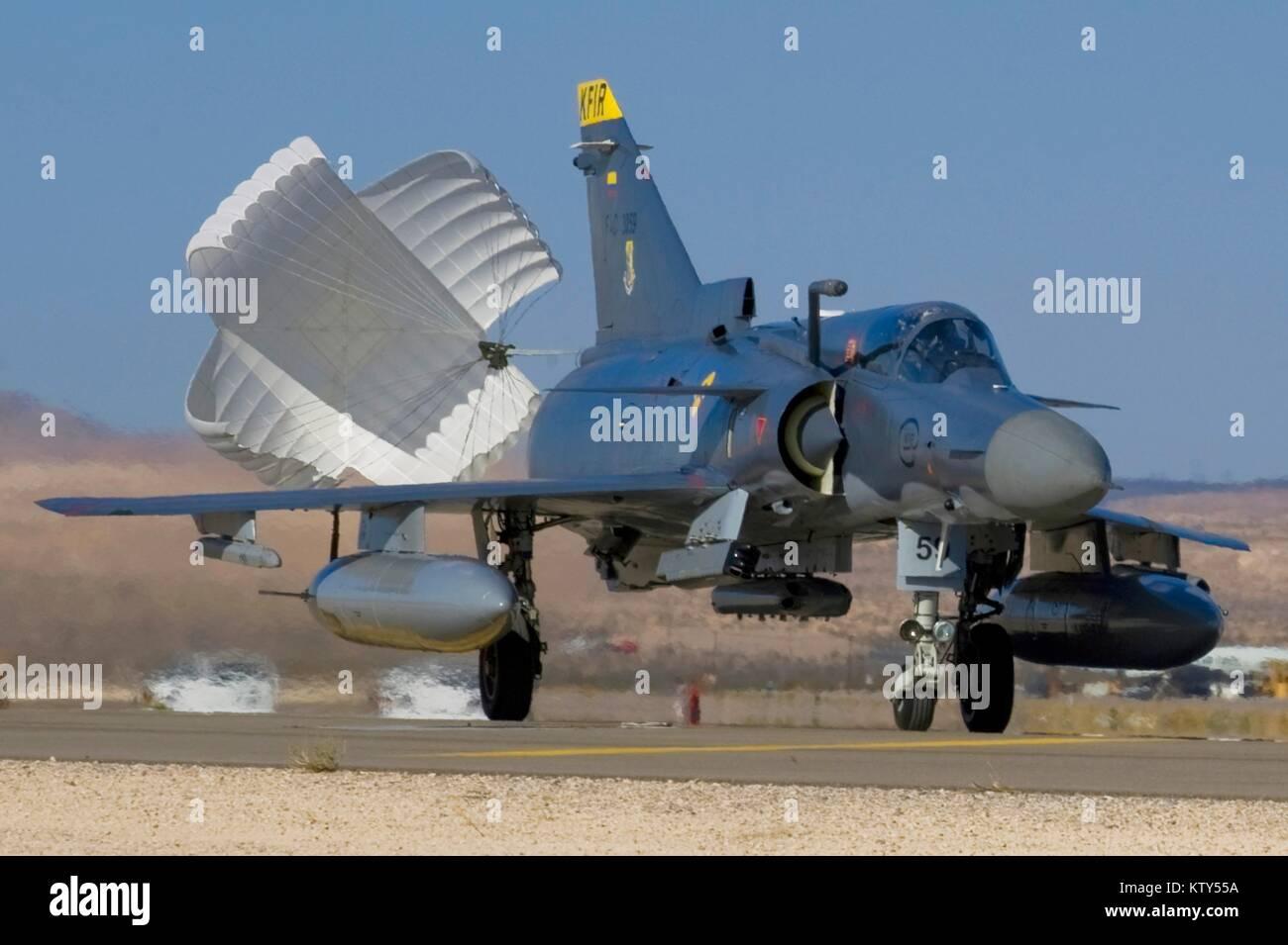 Faites glisser une chute d'un déploiement de la Force aérienne colombienne du chasseur à réaction Photo Stock