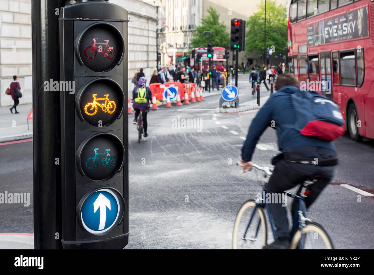 Feux de circulation à vélo et les cyclistes sur autoroute Cycle Nord-sud / Cycle Superhighway 6, Blackfiars, Photo Stock